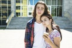 Giovane studente bello dell'amico all'istituto universitario Fotografia Stock