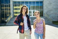 Giovane studente bello dell'amico all'istituto universitario Fotografia Stock Libera da Diritti