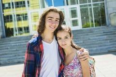 Giovane studente bello dell'amico all'istituto universitario Fotografie Stock