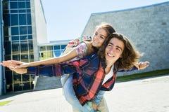 Giovane studente bello dell'amico all'istituto universitario Immagine Stock Libera da Diritti