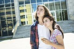 Giovane studente bello dell'amico all'istituto universitario Immagini Stock