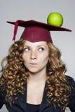 Giovane studente caucasico con una mela sulla sua testa Fotografia Stock