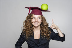 Giovane studente caucasico con una mela sulla sua testa Immagine Stock