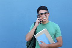 Giovane studente che chiama dal telefono Immagine Stock