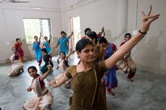 Giovane studente che esegue ballo classico di Mohiniyattam dell'India Fotografia Stock