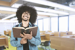 Giovane studente che sorride con il libro in aula Fotografia Stock Libera da Diritti