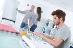 Giovane studente che usando l'aula del computer portatile Fotografia Stock Libera da Diritti