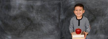 Giovane studente che va classificare alla scuola Fotografie Stock Libere da Diritti