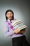 Giovane studente con il libro nell'apprendimento del concetto Immagini Stock