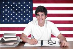Giovane studente del ragazzo sui precedenti con la bandiera americana Immagine Stock Libera da Diritti