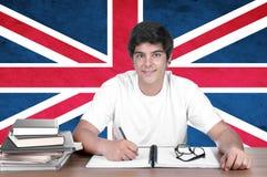 Giovane studente del ragazzo sui precedenti con la bandiera BRITANNICA Fotografie Stock