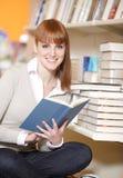 Giovane studente di college in una libreria Fotografie Stock