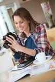 Giovane studente di fotografia che lavora nella caffetteria Fotografia Stock
