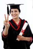 Giovane studente di graduazione che fa gesto del thumbsup Immagine Stock Libera da Diritti