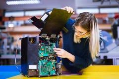 Giovane studente di robotica che lavora al progetto Fotografia Stock Libera da Diritti