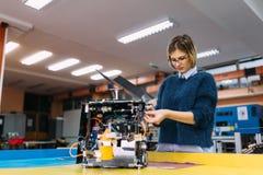 Giovane studente di robotica che lavora al progetto Fotografia Stock