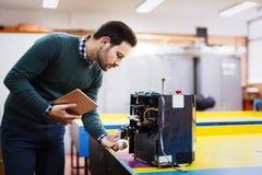 Giovane studente di robotica che lavora al progetto Immagini Stock