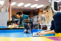Giovane studente di robotica che lavora al progetto Immagine Stock