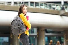 Giovane studente felice che cammina sulla città universitaria della città Immagini Stock