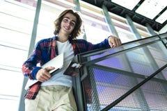 Giovane studente maschio bello all'istituto universitario Fotografia Stock Libera da Diritti