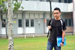 Giovane studente maschio che sta con lo zaino Fotografia Stock
