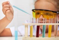 Giovane studente nella classe di scienza della scuola elementare Immagine Stock Libera da Diritti