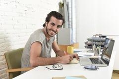 Giovane studente o uomo d'affari moderno di stile dei pantaloni a vita bassa che lavora con l'ufficio del computer portatile a ca Immagini Stock