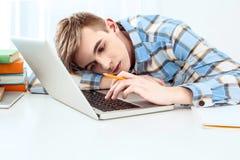Giovane studente sveglio che per mezzo del computer portatile Fotografia Stock Libera da Diritti