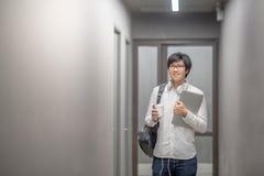 Giovane studente universitario asiatico dell'uomo in istituto universitario Fotografie Stock