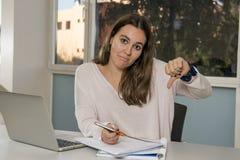 Giovane studente universitario femminile dell'adolescente che lavora con il computer portatile del computer all'aula della scuola Fotografie Stock