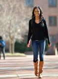 Giovane studentessa afroamericana sbalorditiva sulla città universitaria Fotografie Stock Libere da Diritti