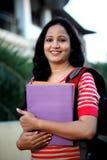 Giovane studentessa alla città universitaria dell'istituto universitario Fotografia Stock