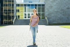 Giovane studentessa bella all'istituto universitario Immagini Stock