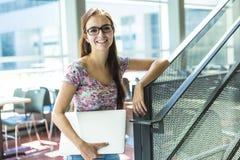 Giovane studentessa bella all'istituto universitario Immagine Stock Libera da Diritti