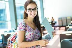 Giovane studentessa bella all'istituto universitario Fotografia Stock Libera da Diritti