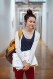 giovane studentessa castana, artista femminile del progettista del disegno, in corridoio Immagine Stock
