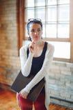 Giovane studentessa castana caucasica bianca, artista femminile del progettista del disegno, in corridoio dell'università dell'is Fotografia Stock