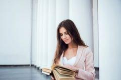 Giovane studentessa caucasica con i libri sulla città universitaria Fotografia Stock Libera da Diritti