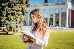 Giovane studentessa caucasica con i libri sulla città universitaria, stu dello studente Fotografia Stock Libera da Diritti