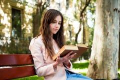 Giovane studentessa caucasica con i libri sulla città universitaria, stu dello studente Immagini Stock