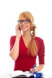 Giovane studentessa a che comunica in telefono della casella Immagini Stock