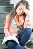 Giovane studentessa che legge un libro Fotografie Stock