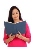 Giovane studentessa che legge un libro di testo Fotografie Stock