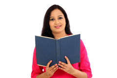 Giovane studentessa che legge un libro di testo Fotografia Stock Libera da Diritti