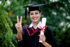 Giovane studentessa con il diploma Immagini Stock