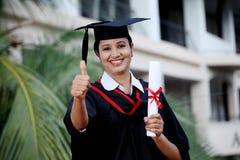 Giovane studentessa con il diploma a all'aperto Fotografia Stock