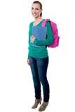Giovane studentessa di college che posa con lo zaino Fotografie Stock