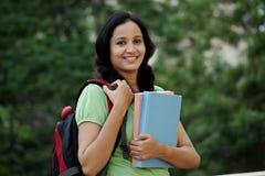Giovane studentessa felice alla città universitaria dell'istituto universitario Immagini Stock