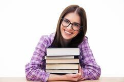 Giovane studentessa felice che si siede con i libri Immagini Stock