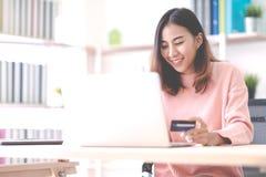 Giovane studentessa, imprenditore, imprenditore o free lance asiatico attraente felice sorridenti e sedentesi a casa ufficio diet fotografia stock